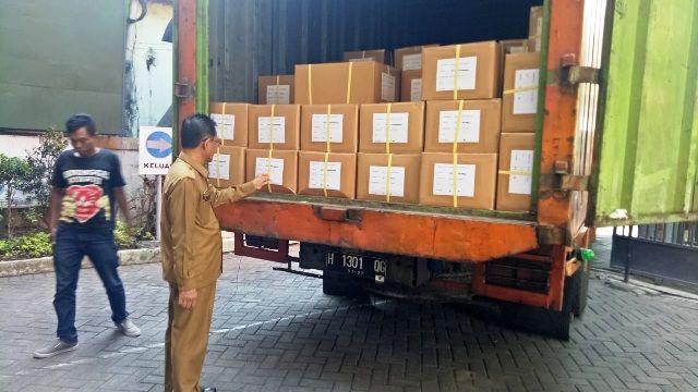 SIAP DIBAGIKAN: Usai sekolah SMP,Dispendik mengirimkan seragam pramuka ke sekolah SD melalui kecamatan.