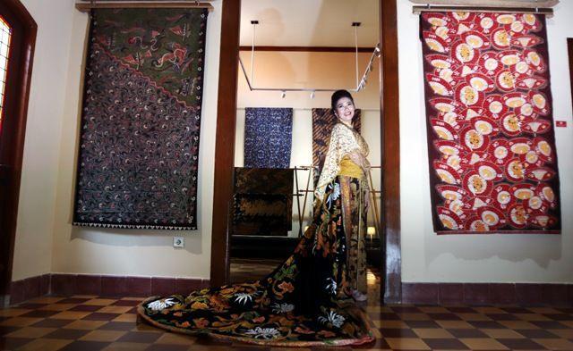 BATIK KOLEKSI: Christie Djojo berpose dengan mengenakan busana kain batik salah satu koleksi anggota KIBAS dalam pameran bertajuk Batik Kesayangan di Galeri House of Sampoerna.