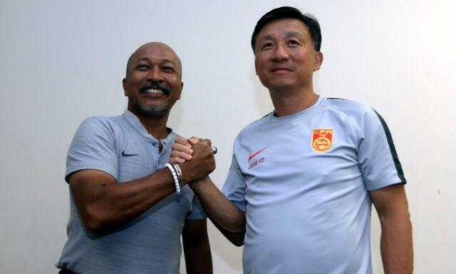 UJICOBA: Pelatih Timnas Indonesia U-19 Fakhri Husaini (kiri) dan pelatih Tiongkok U-19 Cheng Yoodong.