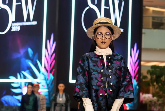 SUMMER COLLECTION: Model mengenakan high waist pleats skirt dan bolero karya Ai Syarief yang terlihat atraktif.