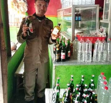 DIAMANKAN: Anggota Satpol PP Kabupaten Gresik mengamankan puluhan miras di sejumlah warung di Gresik selatan.