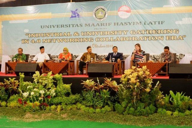 "ANTISIPASI: Para narasumber dalam acara ""Industrial and University Gathering In 4.0 Networking Collaboration Era"" di UMAHA, Sabtu (19/10) malam."
