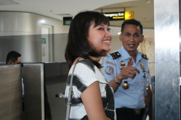 CEK: Salah satu wisatawan asing saat diperiksa petugas imigrasi Bandara Juanda.