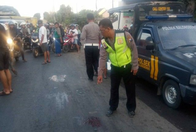 TKP LAKA: Polisi menunjukkan lokasi korban terlindas truk.