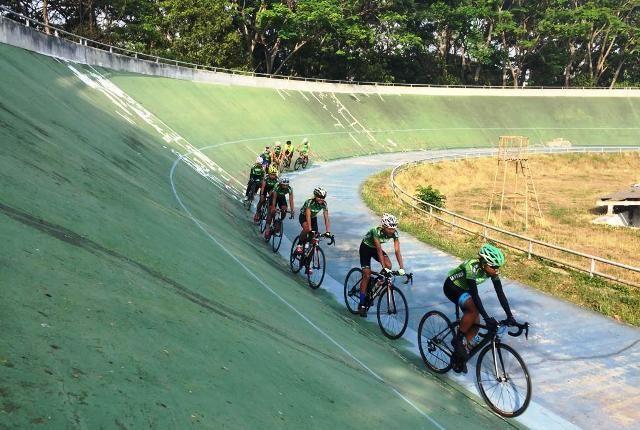 SEMANGAT: Para atlet Gresik latihan di Velodrome di Malang.
