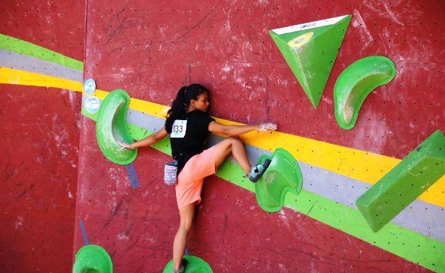 SEMANGAT: Atlet FPTI Gresik mengikuti kategori boulder di wall climbing Jatim.