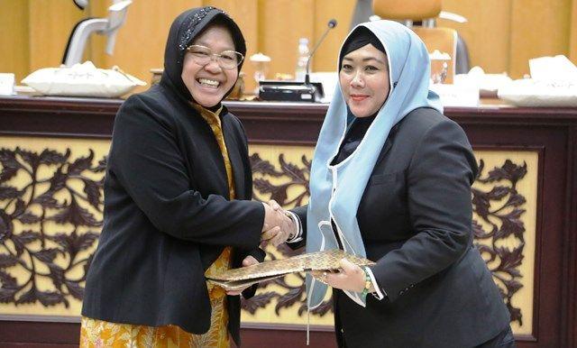 SINERGI: Wali Kota Surabaya Tri Rismaharini menyerahkan naskah jawaban atas Pandangan Umum sejumlah fraksi kepada Wakil Ketua DPRD Surabaya Laila Mufidah.