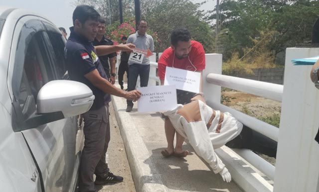 TEGA: Rekonstruksi saat para pelaku membuang korban ke sungai.