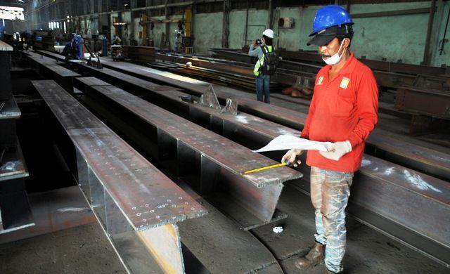 HARUS DILINDUNGI: Aktivitas di salah satu pabrik baja di Surabaya. IISA menolak adanya relokasi maupun produk baja dari Tiongkok yang tak ber-SNI karena akan merusak industri dalam negeri.