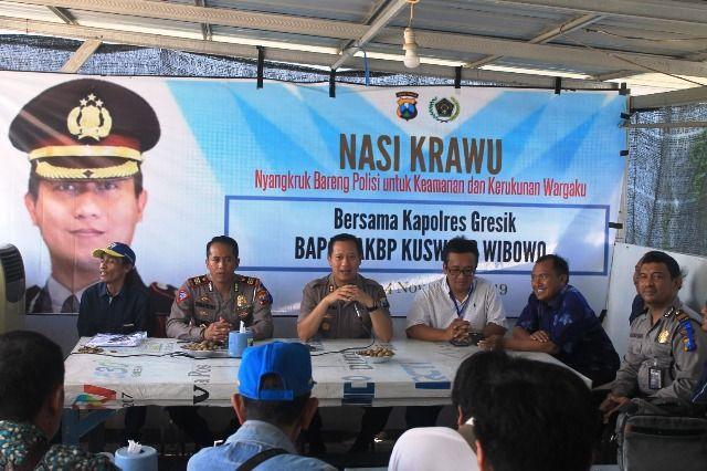 GAYENG: Kapolres Gresik AKBP Kusworo Wibowo beserta jajaranya nyangkruk bersama wartawan yang tergabung dalam Persatuan Wartawan  Indonesia (PWI) Gresik.