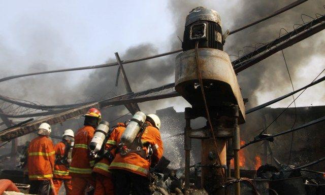 BERJIBAKU: Petugas PMK berupaya menjinakkan api.