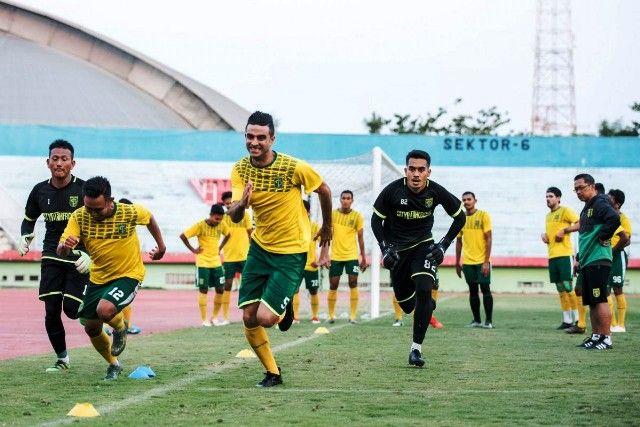 LATIHAN: Penggawa Persebaya berlatih di bawah bimbingan pelatih Aji Santoso.