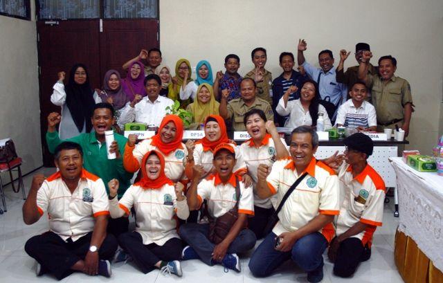 SEMANGAT: Dewan juri Surabaya Smart City 2019 dan motivator Surabaya Selatan berfoto bersama dengan salah satu tim peserta Surabaya Smart City 2019 usai memaparkan beragam program dan inovasi ke hadapan juri di kantor DKRTH Surabaya.