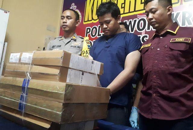 DIAMANKAN: Tersangka dibektuk anggota Polsek Wonokromo, usai kedapatan mencuri.