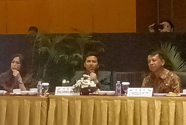PRIORITAS: Wagub Jatim Emil Elestiyanto Dardak (tengah) membahas transportasi berbasis rel di Surabaya.