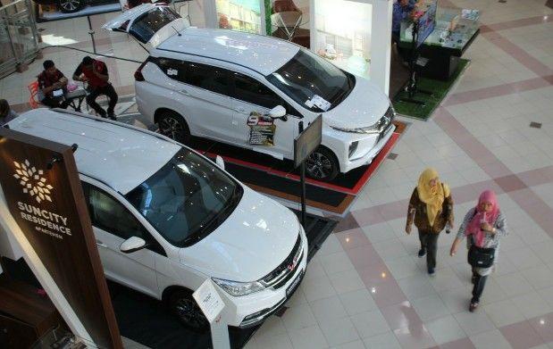 BANYAK PILIHAN: Pameran mobil di salah satu pusat perbelanjaan di Sidoarjo.