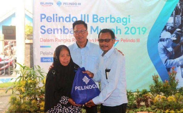 PEDULI: CEO Regional Jawa Timur PT Pelindo III (Persero), Onny Djayus (kiri) bersama General Manager Pelabuhan Gresik, Yanto, menyerahkan secara simbolis sembako murah kepada warga.
