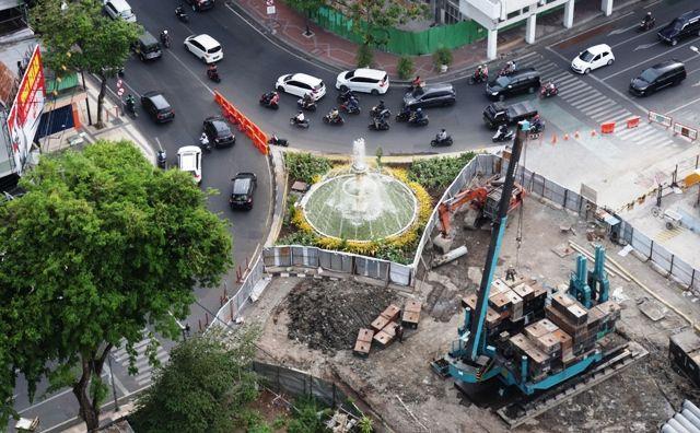 MASIH PROSES: Proyek pengerjaan Alun-Alun Suroboyo di Jalan Yos Sudarso, Surabaya.