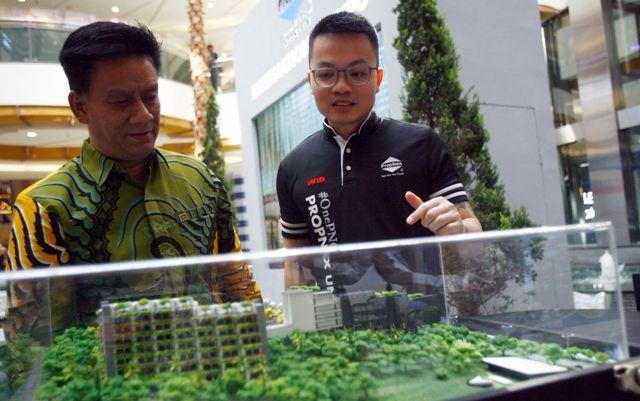 POTENSIAL: CEO Propnext Indonesia Luckyanto (kanan) bersama Ketua Arebi Jatim Rudy Susanto saat melihat salah satu maket properti luar negeri saat pameran di Surabaya.