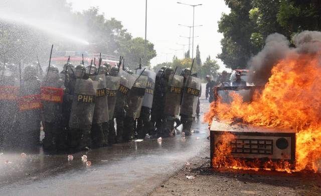 LATIHAN: Personel gabungan PHH dan TNI AL bersenjata lengkap mengamankan aksi demonstrasi saat simulasi pengamanan di akses masuk Bandara Juanda Surabaya di Sidoarjo.