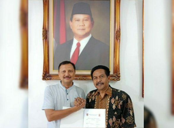 MENDAFTAR: M Nuh (kanan) saat menyerahkan formulir pendaftaran kepada pengurus DPC Gerindra Gresik.
