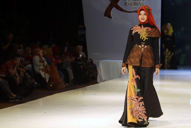 DRAMATIS: Seorang model mengenakan busana batik yang terinspirasi keindahan suasana senja.