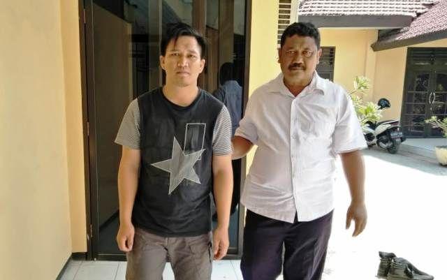 TERTANGKAP: Fredy Permana (kiri) saat diamankan di Mapolsek Porong.