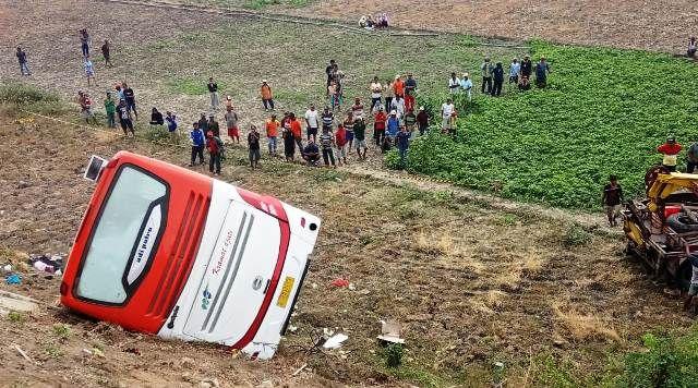 TERBALIK: Kondisi bus Kramat Jati terperosok di persawahan Desa Kepuhklagen, Wirnginanom, Gresik.
