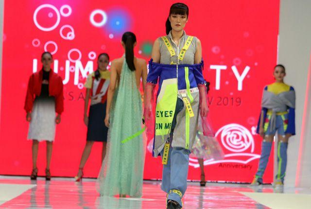 READY TO WEAR: Seorang model mengenakan busana street wear dengan warna-warna neon karya desainer Salma Rahmatya Putri.