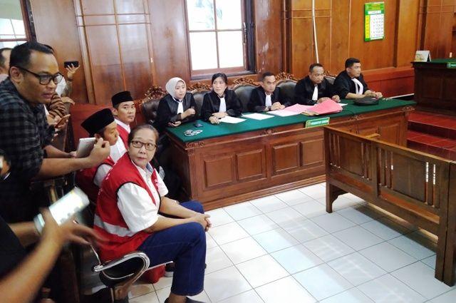 TEGAR: Terdakwa Tri Susanti menghadiri sidang perdananya di PN Surabaya, Rabu (27/11).