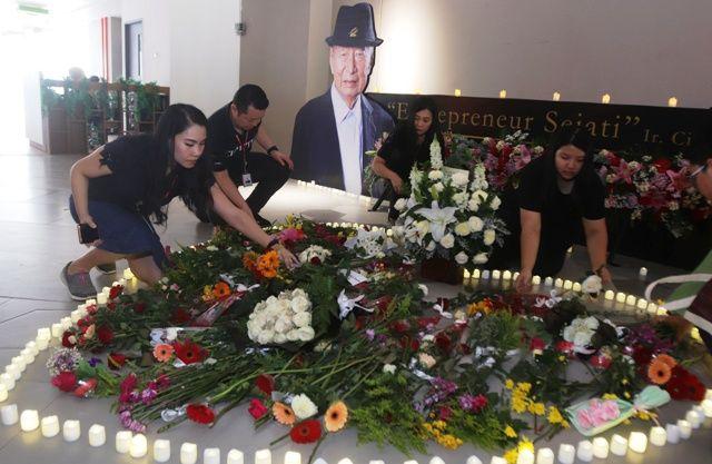 TRIBUTE CIPUTRA: Segenap civitas akademika Universitas Ciputra Surabaya, menaruh bunga di depan foto Ir.Ciputra sebagai bentuk belasungkawa atas meninggalnya pendiri Ciputra Grup tersebut, di Universitas Ciputra.