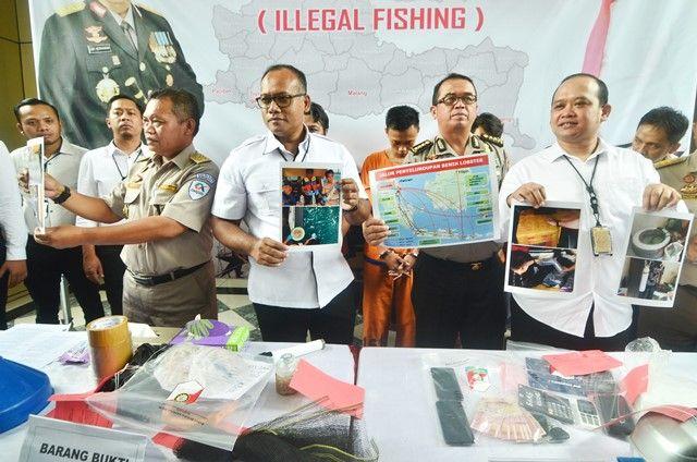 BB: Petugas menunjukkan barang bukti dan tersangka kasus illegal fishing yang berhasil diamankan di Mapolda Jatim, Jalan Ahmad Yani, Surabaya.