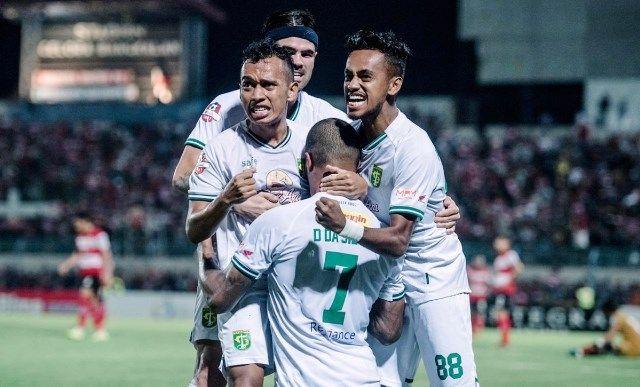 POIN PENUH: Para pemain Persebaya merayakan gol kedua yang dicetak David da Silva.