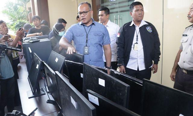 BARANG BUKTI: Direktur Reskrimsus Polda Jatim Kombes Pol Gidion Arif Setyawan menunjukkan barang bukti praktik spamming yang diamankan.