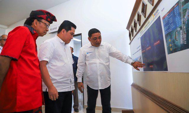 BENOA SIAP MENDUNIA:  Gubernur Bali I Wayan Koster (kiri), Direktur Utama Pelindo III Doso Agung (kanan), dan Menteri BUMN Erick Thohir mendatangi kawasan pengembangan Pelabuhan Benoa.