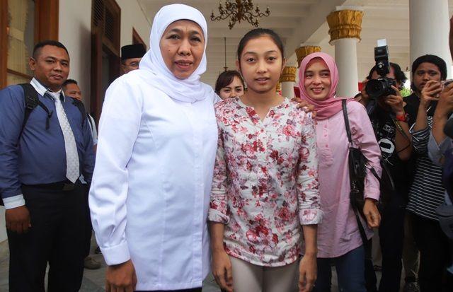 DIDAMPINGI GUBERNUR: Shalva Avrila bersama ibunya usai bertemu dengan Gubernur Jatim, Khofifah Indar Parawansa, di Gedung Negara Grahadi Surabaya, Senin (2/12).