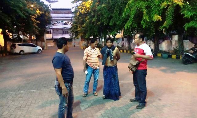 TERTANGKAP: Hasbi digiring anggota TAB Polsek Simokerto usai melarikandiri ke rumah saudaranya di Sampang, Madura.