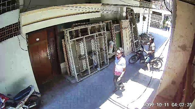 TERLACAK: Dua pelaku terekam kamera CCTV milik tetangga korban di Jalan Kapasan 1.