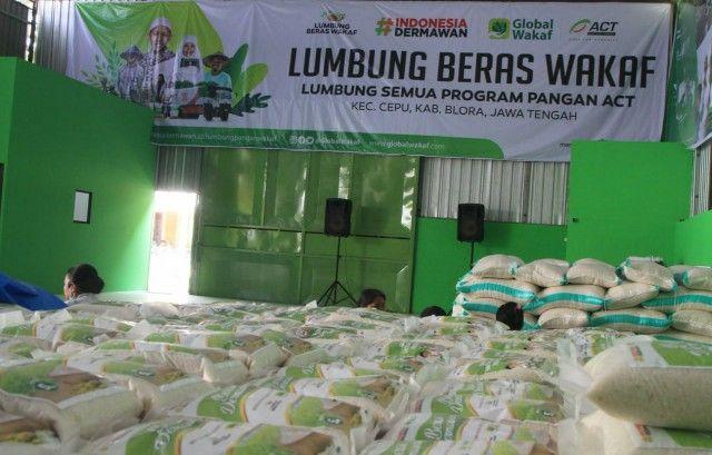 LUMBUNG BERAS WAKAF: Ribuan kantong-kantong beras yang sudah siap untuk didistribusikan ke berbagai wilayah dan masyarakat prasejahtera di Indonesia.