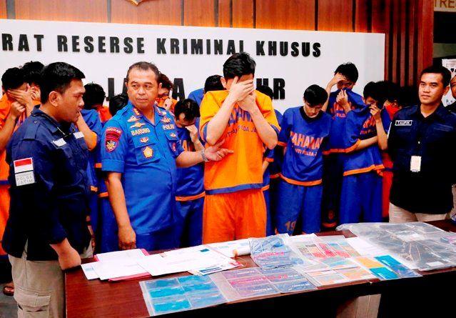 AKAL BULUS: Petugas menunjukkan barang bukti dan tersangka kasus penipuan kartu kredit yang diamankan di Mapolda Jatim.