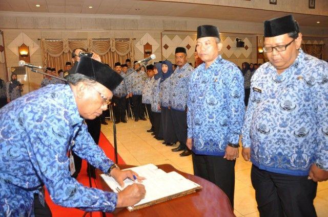 TANDA TANGAN: Bupati Sambari saat pelantikan pejabat baru di kantor Pemkab Gresik, kemarin.