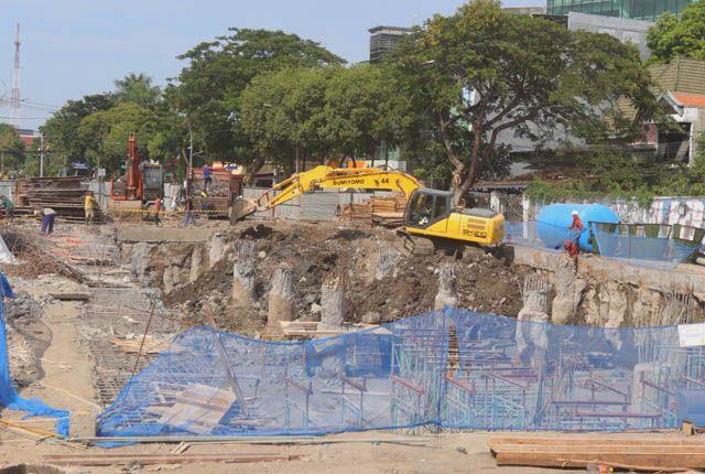 LIMA TAHAP PEMBANGUNAN: Pengerjaan Alun-alun Surabaya di Jalan Yos Sudarso sedang dikebut, akhir tahun ini diupayakan jalan tersebut bisa dilalui oleh