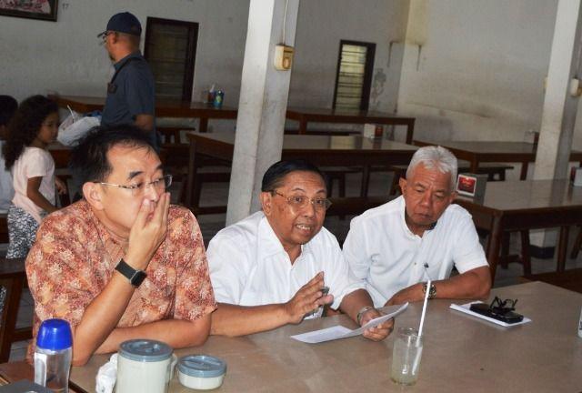 MENGELUH : Dirut PT GJT Rudi (baju batik) dan Direktur Keuangan dan Umum PT GJT Edy Hidayat saat menyampaikan keluhan terkait penutupan operasional batu bara.