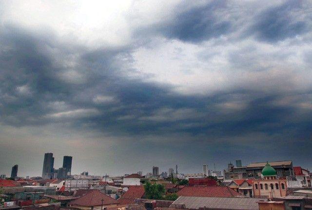 POTENSI ANGIN: Aswan cummulo nimbus yang menggantung di langit Surabaya.