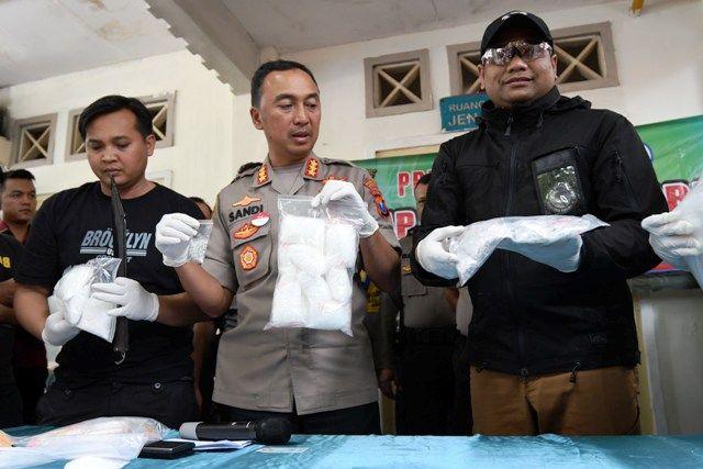 TEGAS: Kapolrestabes Kombes Pol Sandi Nugroho (tengah) didampingi Kasat Narkoba AKBP Memo Ardian (kanan) menunjukkan barang bukti yang diamankan dari tersangka saat gelar kasus di depan kamar jenazah