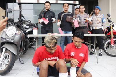 DIDOR: Petugas menunjukkan barang bukti dan tersangka kasus pencurian kendaraan bermotor yang berhasil diamankan di Mapolrestabes Surabaya, Senin (13/1).
