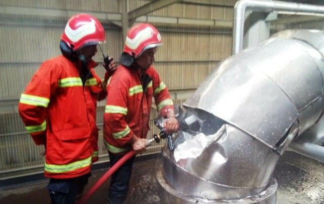 PEMBASAHAN: Petugas PMK sedang menyiram api di Pabrik Jebe Koko.