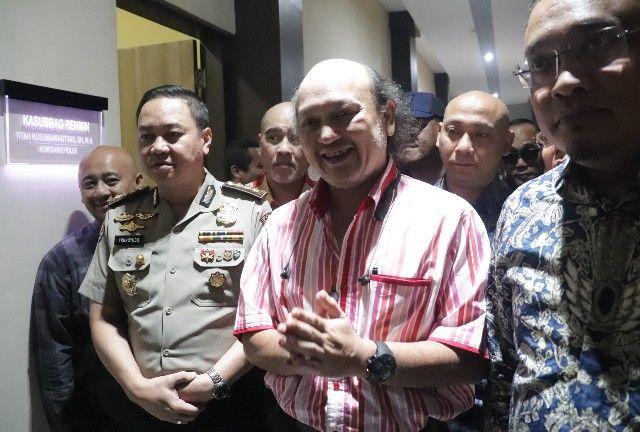 MEMBER: Ari Sigit, cucu Presiden RI Kedua, Soeharto usai menjalani pemeriksaan di Ditreskrimsus Polda Jatim
