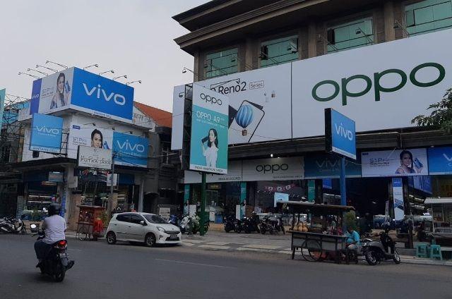 RAMAI: Jajaran papan reklame di Jalan Raden Santri Gresik.