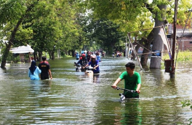 TAHUNAN: Banjir akibat luapan Kali Lamong di kawasan Cerme.